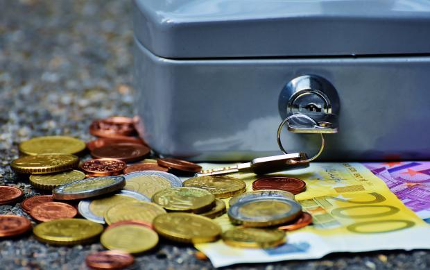 Монеты возле металлического кейса