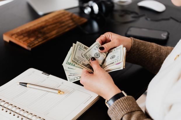 деньги в женских руках