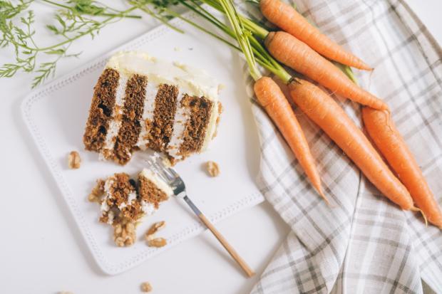морковный торт и свежая молодая морковь на столе