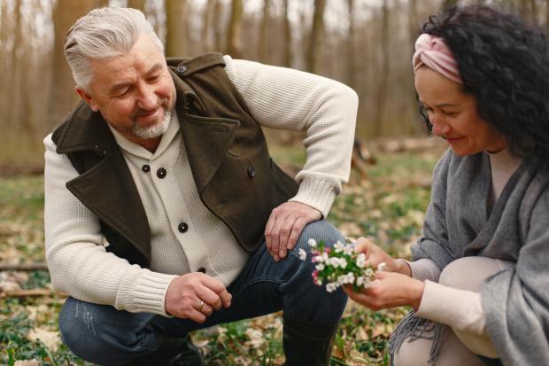 Седоволосый мужчина и женщина на природе