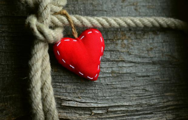 красное сердечно из ткани на канате