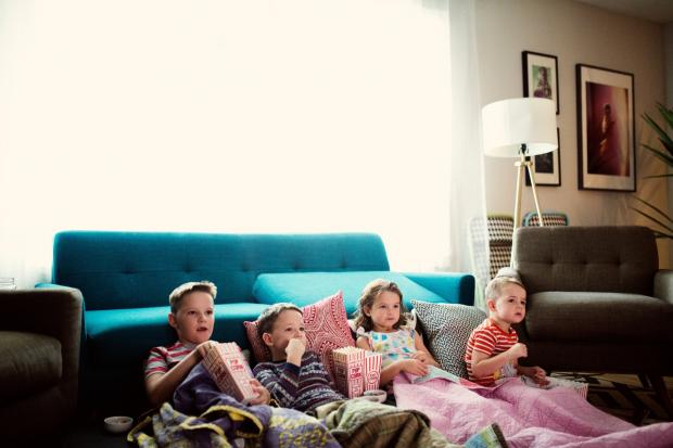 дети смотрят фильм с попкорном