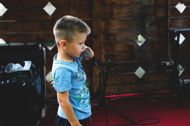 мальчик поет в караоке