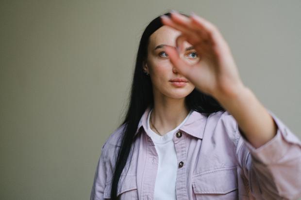 """девушка показывает рукой """"ок"""""""