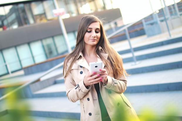 красивая девушка с мобильным телефоном