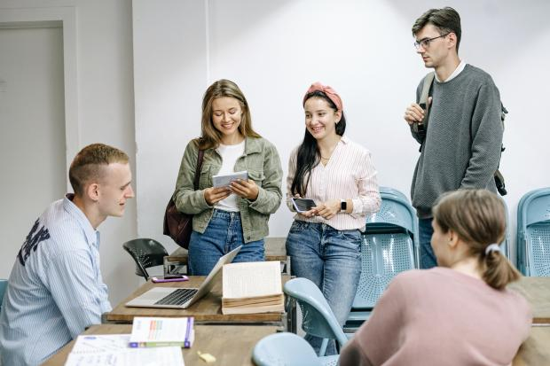 молодые люди в офисе общаются