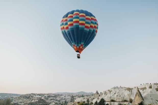 воздушный шар над горами