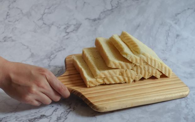 порезанный хлеб на деревянной доске