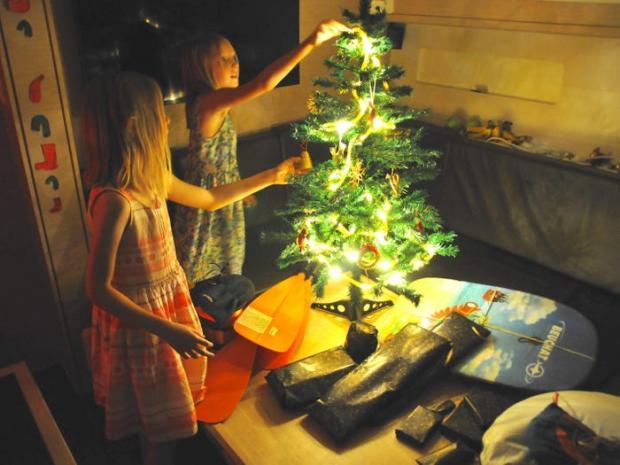 две юные девочки возле рождественской елки