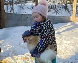 Забавное видео катания 4-летней девочки и ее курицы с горки стало популярным в сети