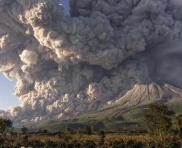В Индонезии проснулся вулкан Синабунг: в небо поднялся огромный столб пепла