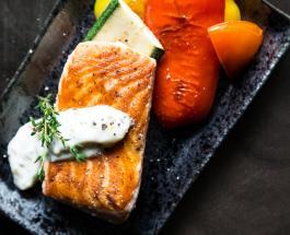 Что приготовить на ужин: рецепт аппетитного лосося с яичным соусом и овощами