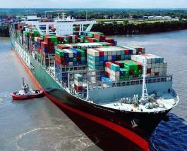 Грузовое судно севшее на мель в Суэцком канале удалось сдвинуть с места