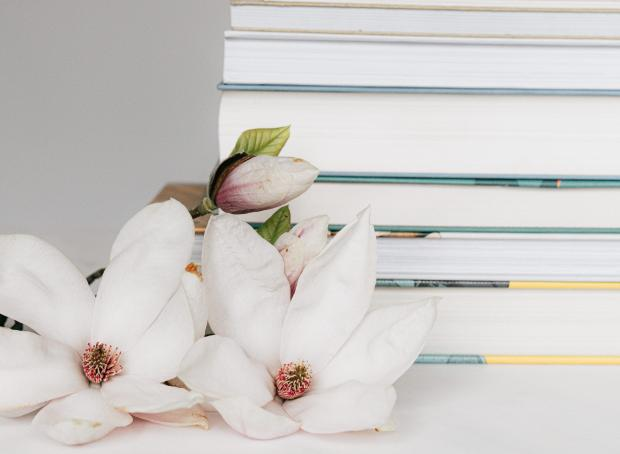 книги и белые цветы