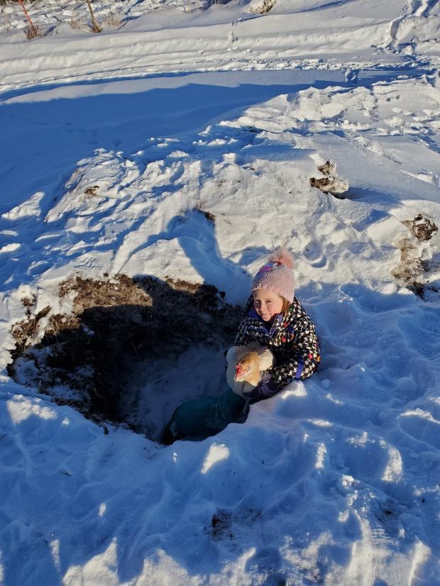 девочка и курица в снегу