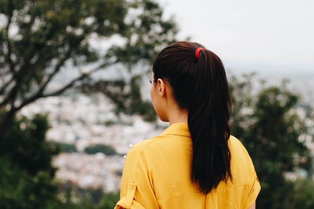 девушка в желтой блузе