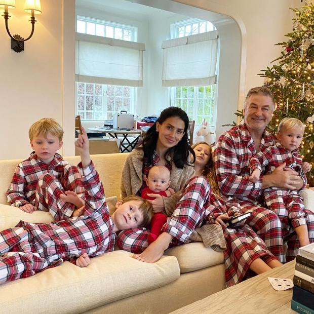 Алек Болдуин с женой и детьми