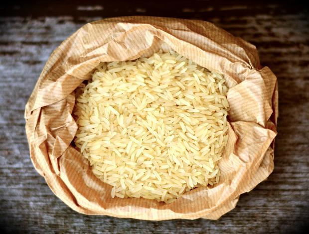 Рис в бумажном мешке