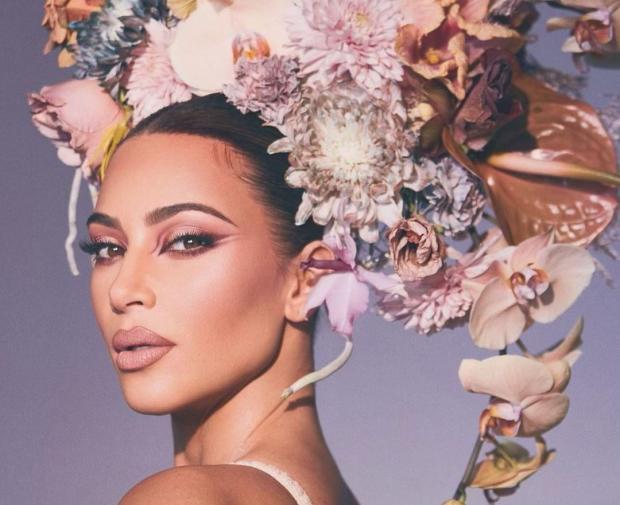 Ким Кардашьян с цветочной композицией на голове