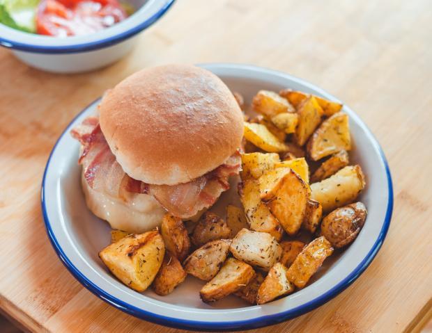 Бургер и картофель по-деревенски