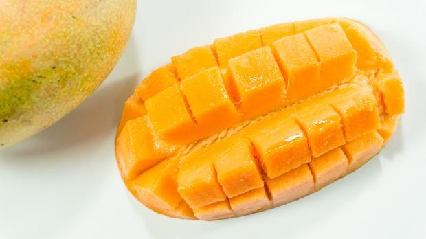 порезанная мякоть манго