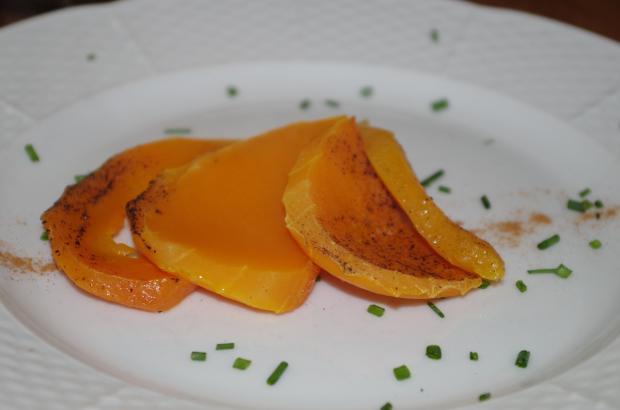 три ломтика тыквы на белой тарелке