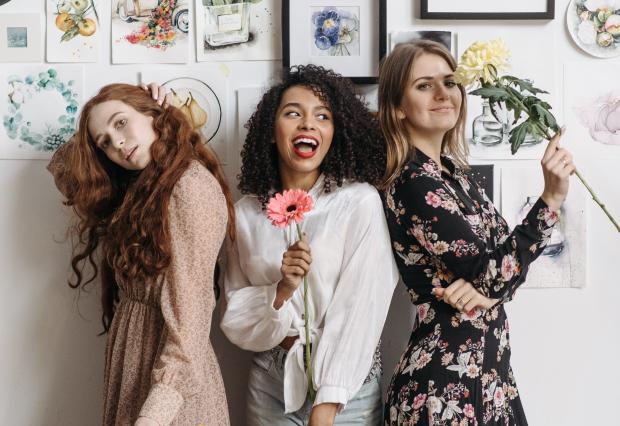 Три молодые девушки с цветами