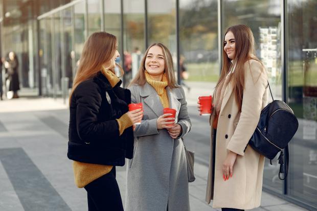 три девушки общаются