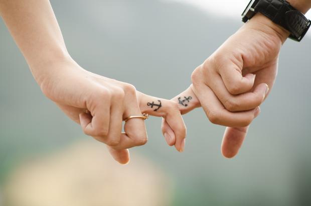 скрещенные пальцы с нарисованными якорьками