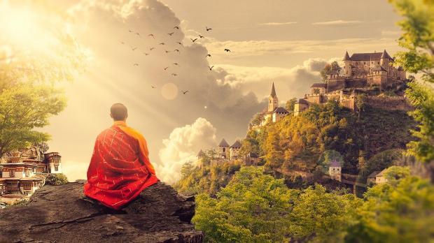 буддийский монах медитирует на горе