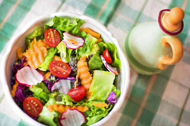 овощной салат, бутылочка с маслом