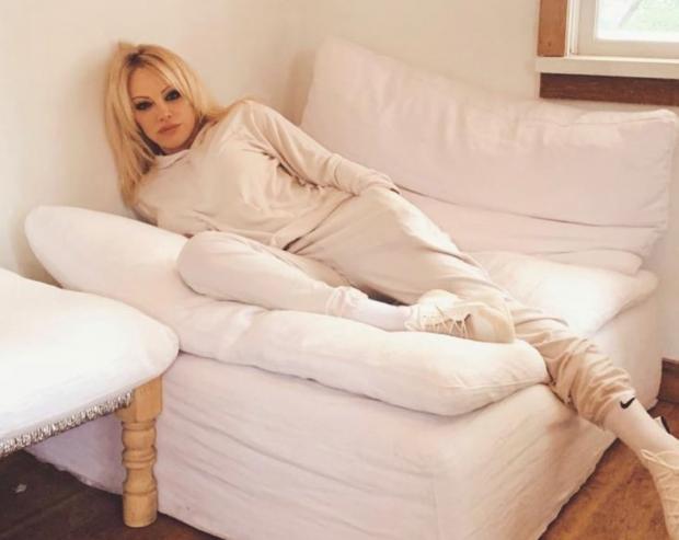 Памела Андерсон лежит на диване