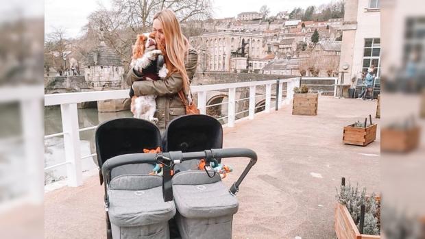 мама двойняшек с коляской