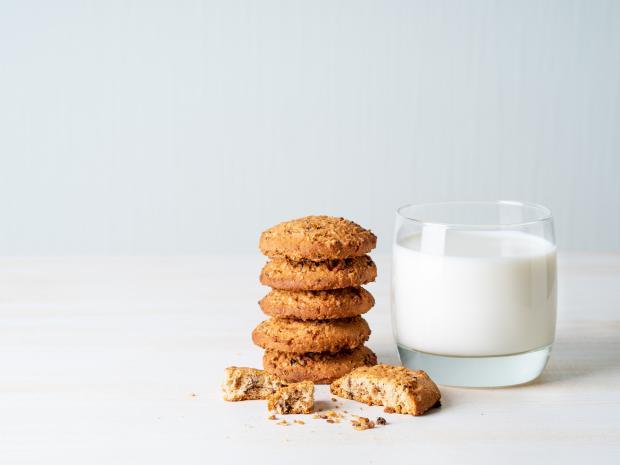 стакан молока и печенье