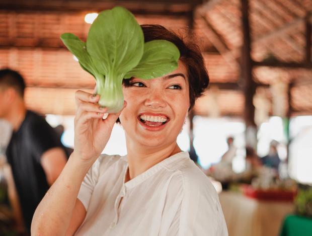 девушка с зеленым овощем в руке