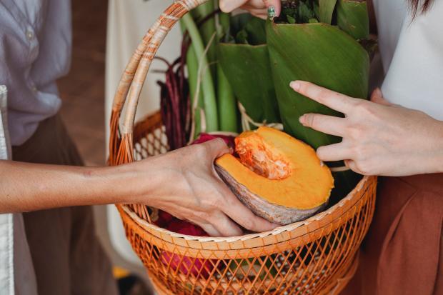Фрукты и овощи в корзине