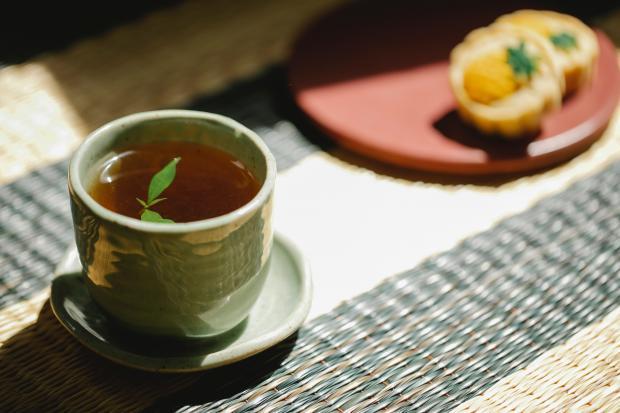 чай в чашке и печенье на тарелке