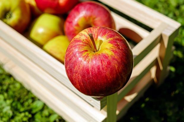 деревянный ящик с красными яблоками