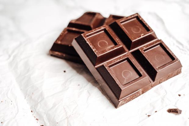 несколько кубиков черного шоколада