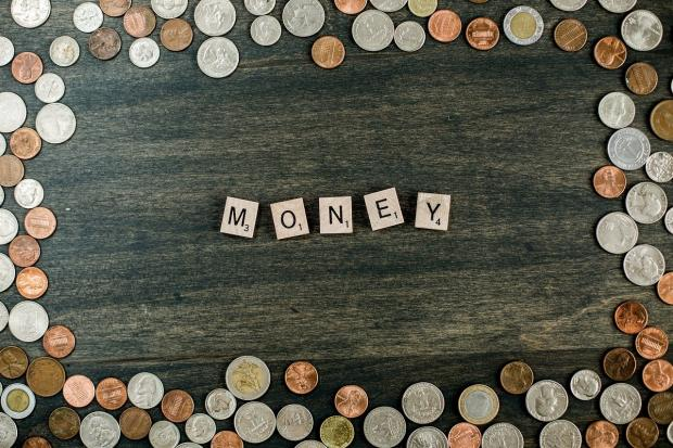 монеты рассыпаны по столу