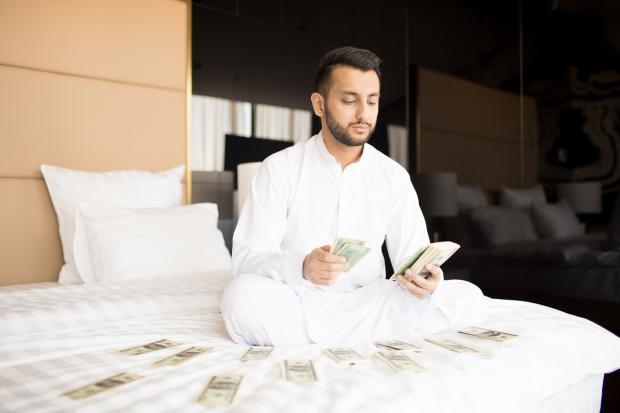 мужчина с ноутбуком и деньгами