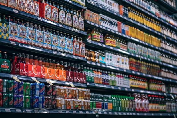 магазинные полки с напитками