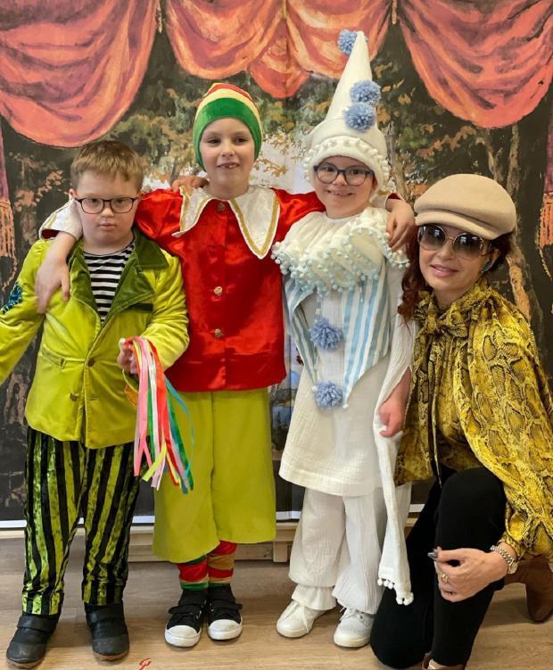 Эвелина Бледанс с детьми