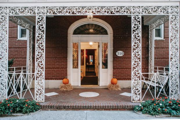 вход в дом, белые двери