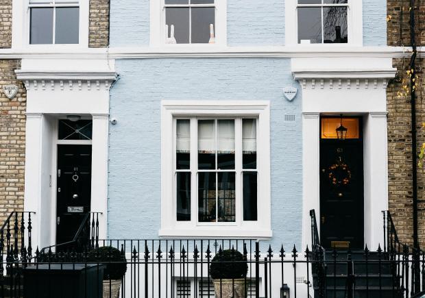 дом с дверями черного цвета