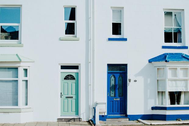 входные двери зеленого и синего цвета
