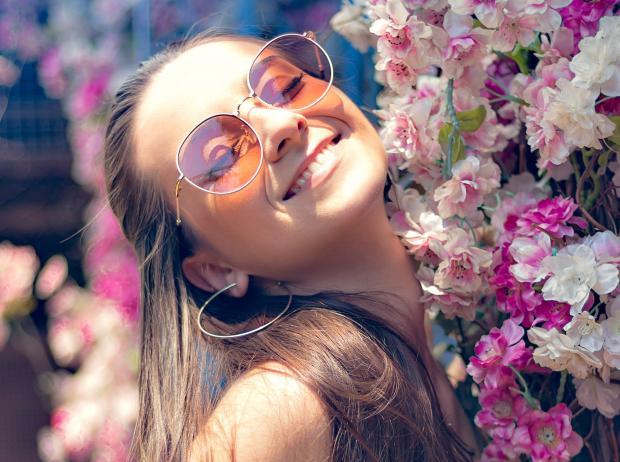 улыбающаяся девушка в очках