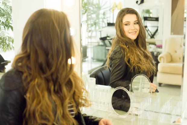 девушка возле зеркала