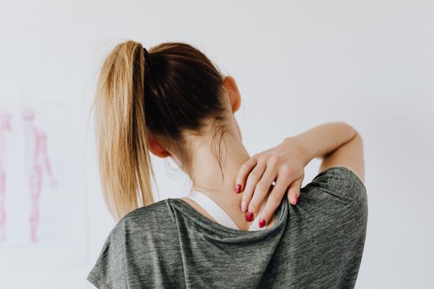 девушка трогает себя за шею