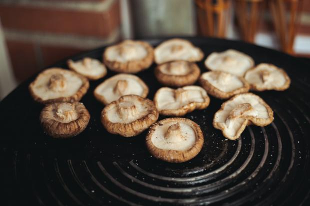 шляпки грибов на сковороде